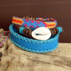 Pulsera boho chic surfera cuero azul turquesa madera de coco marrón concha cowrie cowry tejida a mano multicolor de RoxBohoDesigns en Etsy