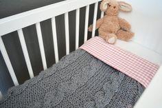 Babydeken, gebreid, grijs, 70x55 cm. €69,00, via Etsy.
