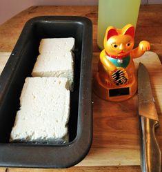 """La Laiterie de Paris : Je fais un fromage """"type"""" Féta et c'est vraiment facile How To Make Cheese, Special Recipes, Flan, Queso, Plastic Cutting Board, Yogurt, Dairy, Lunch, Homemade"""