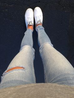 Skinny jeans and white keds with studs