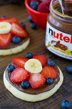 Sugar cookie fruit pizza with nutella! Soft Sugar Cookies, Sugar Cookies Recipe, Cookie Recipes, Dessert Recipes, Fruit Recipes, Nutella, Yummy Treats, Sweet Treats, Yummy Food