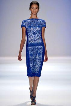 Vestido en azul Klein, de Tadashi Sohji.
