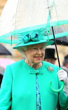 Green Queen from Reign-y Day Style! Queen Elizabeth II's Matching Umbrellas Anne Hathaway, Reign, Kate Middleton Queen, God Save The Queen, Queen Hat, Diana, Green Queen, Estilo Real, Royal Queen