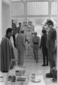 Star Wars: Episode V - The Empire Strikes Back - Behind the scenes photo of Harrison Ford, Billy Dee Williams, Peter Mayhew, John Hollis & Irvin Kershner Star Wars Film, Star Wars Episoden, Images Star Wars, Star Wars Pictures, Harrison Ford, Reine Amidala, Geeks, Starwars, Cloud City