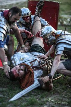 Legion's medicus on battlefield. Roman army reenactment by Legio XXI Rapax. Legionowy medicus w akcji. Rekonstrukcja rzymskiej armii.