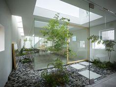 House in Moriyama, Japan. [by Suppose Design Office, 2009] // Se crea un jardín envolvente sin separación visual, por medio de grandes paramentos de vidrio, y aplicándose en él, el mismo tratamiento decorativo que un interior. La idea es simple pero potente: si el jardín está ahí fuera, ¿por qué no tenerlo dentro?