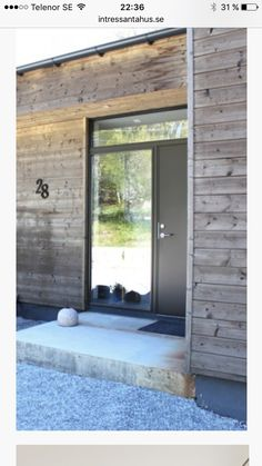 Concrete slate outside, window above door Log Homes Exterior, House Paint Exterior, Exterior Doors, Exterior Design, Modern Barn House, Exterior Remodel, House Entrance, House In The Woods, House Painting