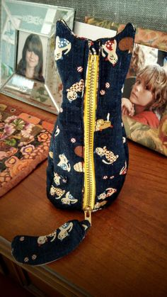Sewing Tutorials, Sewing Projects, Diy Makeup Bag, Pet Style, Cloth Pads, Cat Pattern, Sewing Toys, Zipper Bags, Backpack Bags