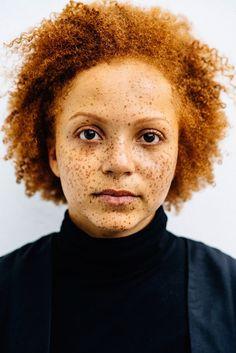 Imagine uma pessoa ruiva com sardas. É bem provável que você tenha pensado emalguém com pele bem branca, com feições europeias. No entanto, não é apenas na pele branca que as sardas se manifestam e os fios ruivos crescem. Quando a fotógrafa francesa Michelle Marshall descobriu que havia pessoas com descendência latina e negra que tamb�...