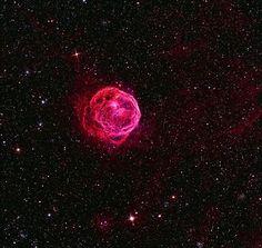 Henize 70: Una Superburbuja en la Gran Nube de Magallanes. Es una región luminosa de gas interestelar de unos 300 años luz de diámetro. Las superburbujas ofrecen a los astrónomos una oportunidad de explorar la conexión crucial entre los ciclos de vida de las estrellas y la evolución de las galaxias, puesto que las estrellas masivas afectan al medio ambiente galáctico y dejan su huella en las futuras generaciones de estrellas y sistemas estelares. • Repost @cosmologyspain