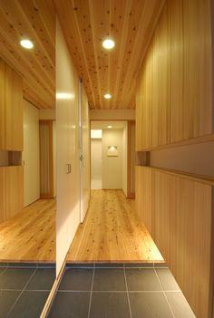 こちらも間口の狭い玄関向けのテクニックです。土間部分の左側の壁が全面鏡張りにしてあります。天井や土間部分が鏡に映りこんで倍の面積があるように錯覚してしまいます。玄関収納の下の間接照明は、足元を照らすだけではありません。この二つは広がり感を得るための大事なテクニックです。