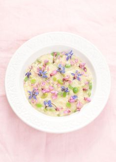 Risotto Primavera with edible flowers Eatable Flowers, Dessert Chef, Flower Food, Just Girly Things, Food Plating, Food To Make, Food Photography, Food And Drink, Cooking Recipes