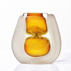 """Alain et Marisa Bégou (né en 1945) - France Vase de forme évasé et aplatie en verre soufflé de forte densité, décor interne """"jaune d'or"""" 22 x 20 cm"""