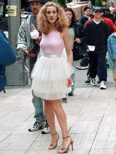 Sarah Jessica Parker (Nelsonville, Ohio, 25 de marzo de 1965). Saltó a la fama al interpretar el rol de Carrie Bradshaw en la serie televisiva Sex and the City (1998-2004). Aqui con un look icónico de la serie.