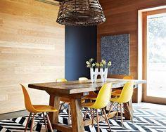 Madeira + elementos em tons quentes Já deu para notar que a madeira vai bem em praticamente qualquer local da casa, não é mesmo? A combinação da mesa de madeira rústica com as cadeiras amarelas ficou supercharmosa. Foto: Flickr/Wicker Paradise