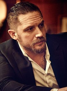 Get inspired by our selection of rugged, alluring, and iconic Tom Hardy beard styles to see how you can groom your facial hair like the man of the moment! Tom Hardy Fotos, Tom Hardy Bart, Hipster Bart, Tom Hardy Variations, Minimalist Outfit, Beard Styles, Hair Styles, Beard Model, Poses References
