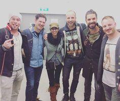"""#Repost @susi_strickliesel_knitdesign:  mit Täschchen Ella auf Tour ;) die Band @voxxclub_official war gestern bei uns zu Besuch bei Bodyguard! Sehr sympathische Burschen  #voxxclub #köln #bodyguarddasmusical #cologne . . Susi Strickliesel """"Deutschlands coolste Strickerin"""" (Zitat: BDF)  Snapchat: susiknit"""