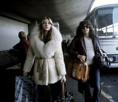 Cameron Crowe used Bebe Buell as a source of inspiration for his genius film Almost Famous. When you look at the second photograph, is there. Bebe Buell, Festival Mode Et Design, Famous Groupies, 70s Fashion, Vintage Fashion, Vintage Style, Fashion Hair, Style Fashion, Fashion Ideas