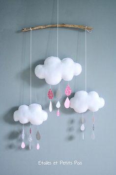 Mobile décoratif nuages et gouttes de pluie rose gris #etoilesetpetitspois #mobilenuage #chambre douillettes