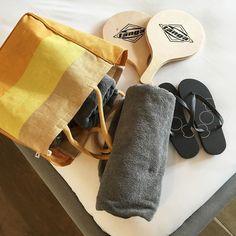 Ready for a new day  // J'adore cet hôtel qui met à disposition dans les chambres le sac de plage parfait avec tongs raquettes et serviettes  @campsbaypod #beachtime #voyagedenoces