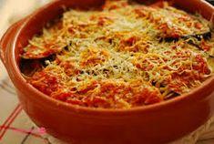 En esta ocasión vamos a preparar una estupenda cazuela de berenjenas gratinadas con mozarella, aceitunas negras y verdes, tomate y queso parmesano. Veréis qué cosa más rica!!!