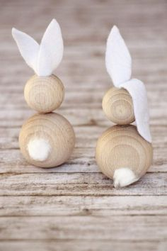 Simple Easter decoration: ideas for wooden ball Easter bunnies. The rabbits made of wooden balls are a simple craft idea for Easter. The Easter bunnies made of wooden balls consist of only three mater Kids Crafts, Bunny Crafts, Easter Crafts, Diy And Crafts, Easter Ideas, Easter Decor, Modern Crafts, Easter Gift, Easter Bunny