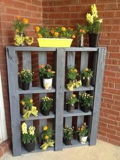terrassen- und gartengestaltung mit sideboard aus paletten und gelbe blumen terrace and garden design with sideboard of pallets and yellow flowers