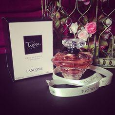 Trésor l'Eau Lumineuse La fragrance Trésor l'Eau Lumineuse de Lancôme est l'œuvre du nez Dominique Ropion. Cet expert a réussi à mettre dans un flacon un liquide frais et son amour pour le parfum. Toujours à base de rose, cette essence florale sera plus éclatante grâce au pralin de violette. Cette eau légèrement sucrée sera toujours conditionné dans un contenant pyramidal de 50 ml aux multiples facettes. Sa couleur rose pale montrera la délicatesse du parfum qu'il contient.