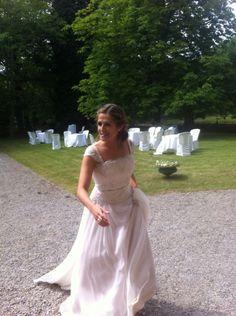 Ahinara con su vestido de novia de alta costura, confeccionado por Carmen Soto y su atelier The Bride, en Bilbao
