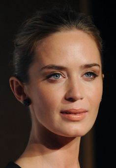 Emily Blunt Photos - Emily Blunt attends the London Critics' Circle Film Awards at The Mayfair Hotel on January 2013 in London, England. - The London Critics' Circle Film Awards - Arrivals Emily Blunt, Celebrity Makeup Looks, Celebrity Faces, Celebrity Crush, Hair Makeup, Eye Makeup, Makeup Hairstyle, John Krasinski, Aesthetic Women