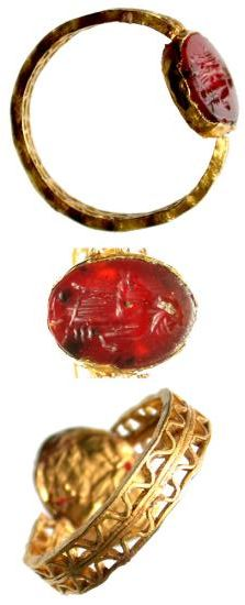 ROMAN GOLD RING WITH RED CARNELIAN INTAGLIO. 1ST-3RD CENTURIES A.D.