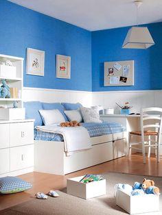 Para ganar metros en este cuarto infantil, se ha puesto una cama-nido que enlaza con la mesa de estudio, la cual funciona también como cabecero. Un zócalo blanco protege la pared.