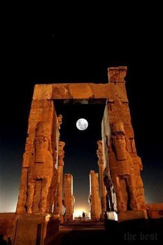 Egyptian temple at night www.versionvoyages.fr                                                                                                                                                      Plus