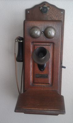 1904 North Electric Co. phone, I have my Grandparents phone that was in there old house. So want to put a land line phone inside of it.Its always good to have the good old stand by so in case the ele goes out. Vintage Love, Retro Vintage, Vintage Antiques, Vintage Items, Antique Phone, Vintage Phones, Radios, Old Phone, Edwardian Era