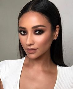 15 Stunning Hair & Makeup Pegs by Shay Mitchell – Star Style PH - Eye Makeup Shay Mitchell Makeup, Shay Mitchell Style, Beauty Make-up, Beauty Secrets, Beauty Hacks, Hair Beauty, Beauty Style, Celebrity Makeup Looks, Beauty Makeup