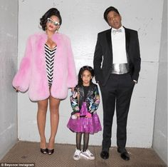 Vintage Halloween Costumes family-halloween-costume-beyonce-jay-z-blue-ivy-black-barbie-ken - Paging the Addams Family. Get the best family Halloween costume ideas for including scary and DIY family themed Halloween costumes. Costume Beyonce, Beyonce Barbie, Barbie And Ken Costume, Beyonce E Jay Z, Barbie E Ken, Beyonce Coachella, Beyonce Singer, Beyonce Funny, Barbie Dolls