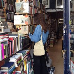 : photo idea in the library Book Aesthetic, Summer Aesthetic, Aesthetic Pictures, Lila Baby, Mode Ootd, Teenage Dream, Mode Vintage, Photo Dump, Looks Cool