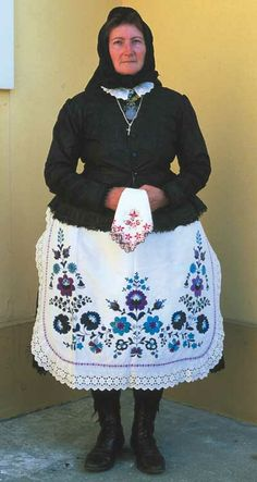 Elderly woman's garment reconstruction afternoon shift (beginning of XX century) Kalocsa Hungary - Magyar Bohemian Culture, Costumes Around The World, Vintage Jewelry Crafts, Folk Clothing, Hungarian Embroidery, Ethnic Patterns, Folk Costume, People Of The World, Hungary