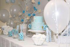 Mesa dulce de comunión en tonos azules y blancos, con globos y rama con pompones y mariposas de papel. http://www.papermoonandco.com/