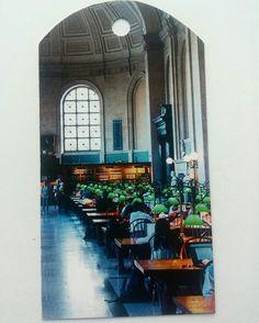 TARJETA DE REGALO. Material: Recorte de revista. #papel #reciclaje #paperlove #manualidades #arte #artesania #tarjetas #mensaje  #tarjetaderegalo #biblioteca #ciudad #urbano