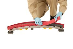 Felszívógumi kiválasztása és karbantartása  A gumibetét a súrológép szerves részét képezi, hogy maximalizálja a folyadék gyűjtését és felszedését. Megfelelően karbantartott gumibetét nélkül a gép szennyeződéseket, törmeléket vagy vizet hagyhat a padlón, ami nemcsak veszteséges időt és újratervezést eredményez, hanem növeli a csúszás és esés veszélyét is.  A helyes illesztés segít csökkenteni a készülék leállási idejét és szervizelését, ami időt és pénzt takarít meg.