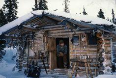 Richard Proenneke en su cabaña en 1985 y tomada por el la foto