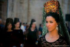 Semana Santa Mantilla foto meteoorihuela Holy Week In Spain, Flamenco Costume, Fascinators, Simple Weddings, Lovely Things, Festivals, Gypsy, Spanish, Outfit