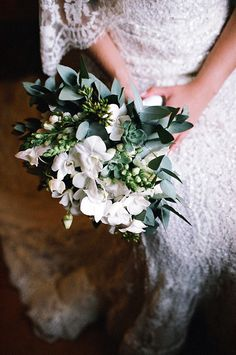Bouquet de noiva em branco e verde com orquídeas e suculentas ( Foto: Rafaela Azevedo )