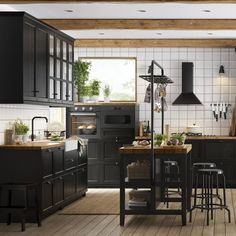 Over the years, many people have found a traditional country kitchen design is just what they desire so they feel more at home in their kitchen. Industrial Kitchen Design, Kitchen Room Design, Kitchen Cabinet Design, Rustic Kitchen, New Kitchen, Interior Design Living Room, Kitchen Decor, Kitchen Cabinets, Black Kitchens
