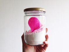 Sabão em pó caseiro de coco: 100g de sabão de coco + 1 xícara de bicarbonato de sódio + 1 xícara de carbonato de sódio