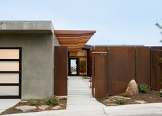 Corten steel in the landscape. Contemporary exterior by Laidlaw Schultz architects Architecture Design, Asian Architecture, Sustainable Architecture, Canopy Architecture, Mid Century Exterior, Design Exterior, Exterior Paint, Fence Design, Door Design