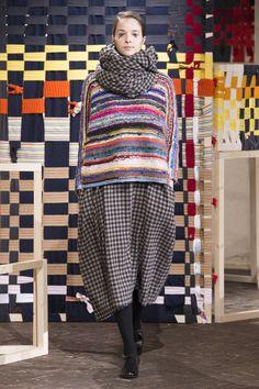 Défilé Daniela Gregis Automne-hiver Prêt-à-porter -. Knitwear Fashion, Knit Fashion, Live Fashion, Runway Fashion, Milan Fashion, Poncho Pullover, Milano Fashion Week, Mode Inspiration, Refashion