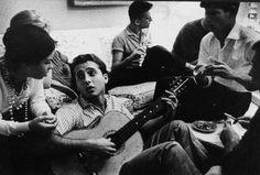 Reunião da Bossa Nova no apartamento de Nara Leão, no Rio. Com Menescal ao violão, Bebeto na flauta, Dori Caymmi e Chico