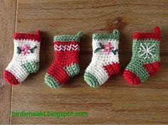 Ik ben heel erg blij met de kerstkrans die ik gemaakt heb! Het is een opdracht voor een collega. Zij was enthousiast over mijn herfstkra... Crochet Christmas Decorations, Crochet Decoration, Christmas Crochet Patterns, Holiday Crochet, Crochet Stitches Patterns, Christmas Knitting, Crochet Home, Christmas Projects, Christmas Fair Ideas